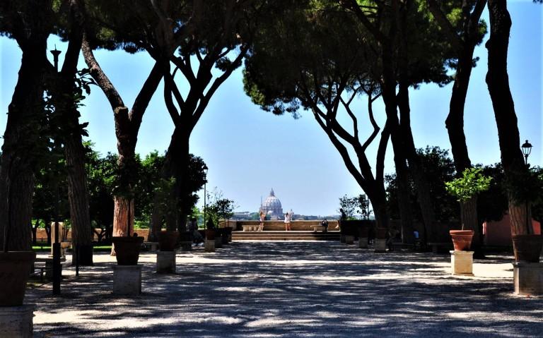 Il-Giardino-degli-Aranci-e-il-Buco-della-Serratura-la-Roma-panoramica